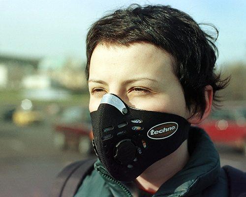femme qui porte le masque repsro techno contre la pollution